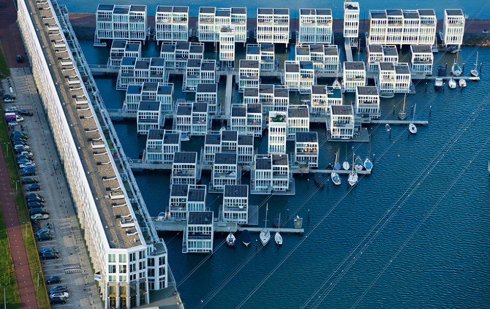 Su üstünde ev keyfi: Amsterdam'ın doğusundaki bir gölün üstüne inşa edilmiş yüzer evler, küçük iskeleler ve yürüme yollarıyla birbirine bağlanıyor. Halkalarla çelik direklere bağlanan evler, taşkın ve fırtınalarda suyla yükselip inebiliyor.