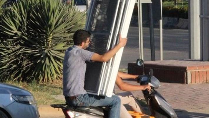 Motosiklet üzerinde demir kapı taşıdı (O anlar kamerada)