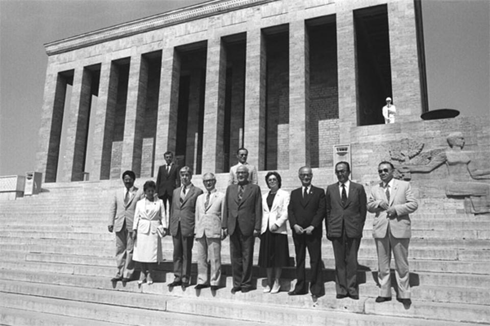 Danışma Meclisi Başkanlık Divanı üyeleri Başkan Sadi Irmak başkanlığında Anıtkabir'i ziyaret etti. Kamer Genç (soldan birinci)