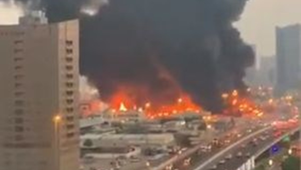 BAE'nin Acman kentinde bir çarşıda yangın çıktı