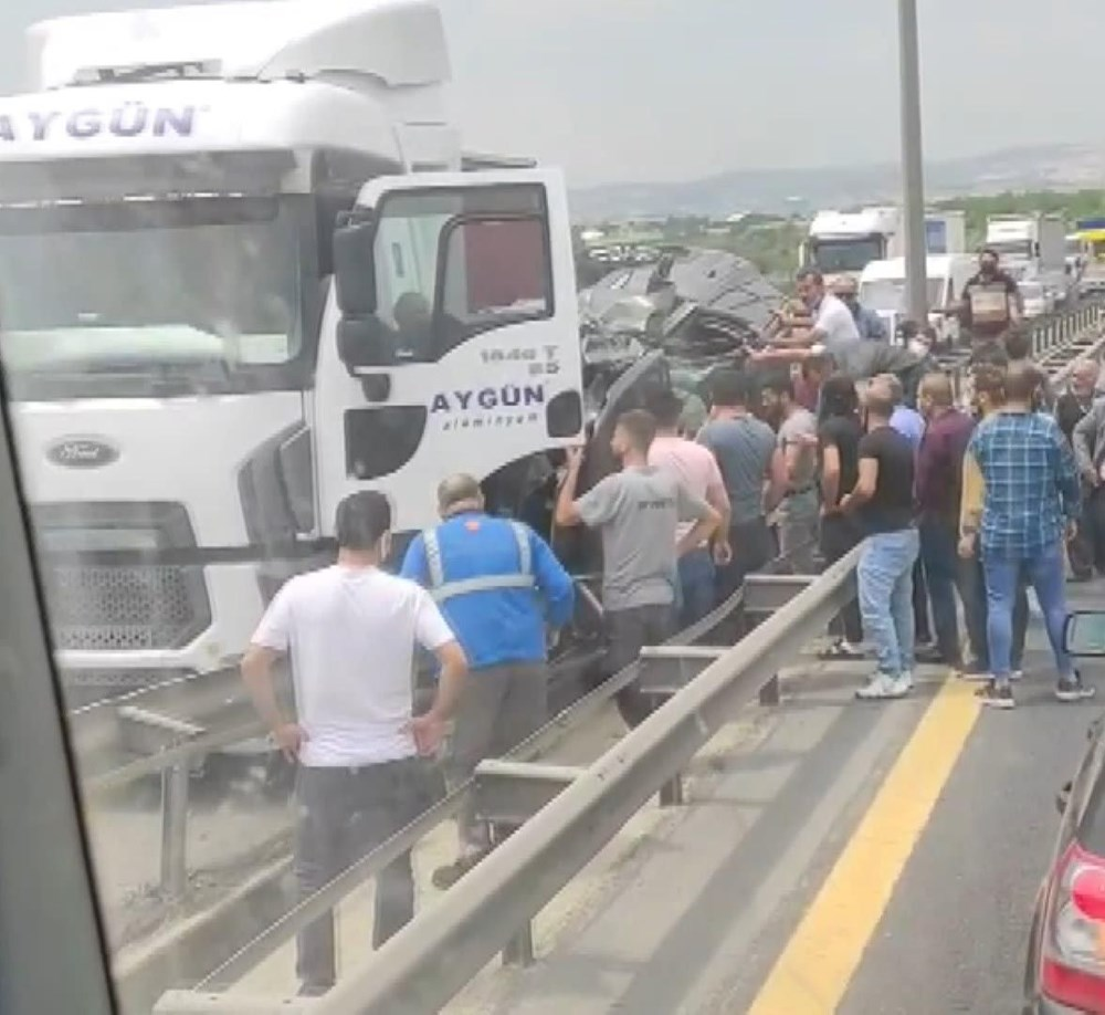 TEM'de feci kaza: TIR ile bariyer arasında sıkıştı - 5