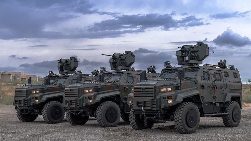 <p>Türkiye'de de güvenlik güçlerinin envanterinde yer alan Ejder Yalçın'ın farklı görevler için geliştirilmiş konfigürasyonları bulunuyor.<br /><br />Koruma seviyesi, mobilite ve faydalı yük taşıma kapasitesiyle sınıfının lideri konumunda bulunan Ejder Yalçın'ın 10'dan fazla konfigürasyonu arasında Patlayıcı İmha Aracı, Hava Savunma Aracı, Komuta-Kontrol Aracı, Muharebe Aracı, KBRN Keşif Aracı, Personel Taşıyıcı, Mayın/El Yapımı Patlayıcı Tespit-İmha Aracı, Zırhlı Ambulans ve Sınır Gözetleme ve Güvenlik Aracı yer alıyor.</p>