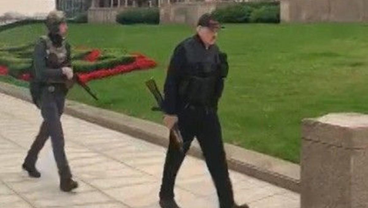Lukaşenko çelik yelek ve elinde otomatik silahla saraya gitti
