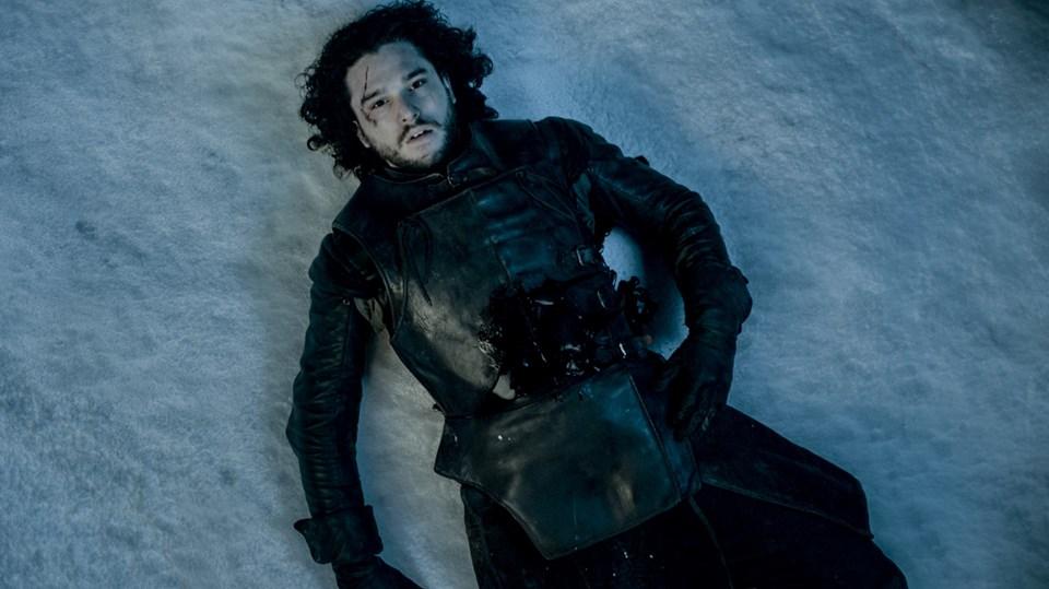 İngiliz oyuncu Kit Harington'ın canlandırdığı Jon Snow, dizinin 5'inci sezon finalinde silah arkadaşlarının saldırısına uğramış, Snow'un ölüp ölmediğine dair bir bilgi ise paylaşılmamıştı.
