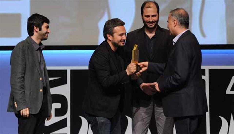 """Seyfi Teoman,cumartesi günü """"Altın Lale"""" ödülünü alan """"Tepenin Ardı"""" adlı filmin yapımcıları arasındaydı."""