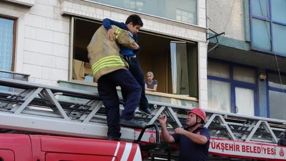 Sultangazi'de yangın: 5'i çocuk 7 kişi itfaiye merdiveniyle kurtarıldı - 4