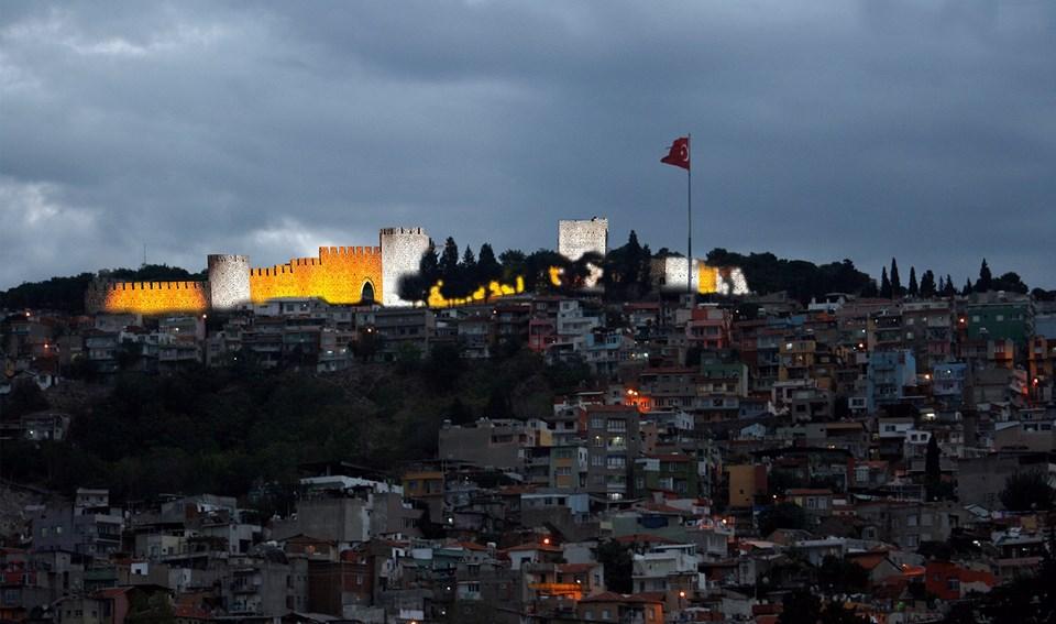 Peri, Afet, Koray, Baba Derman, Sefer gibi önemli karakterler ile İzmir'in Kadıfekale semti kitabın insan ve şehir manzaralarını temsil ediyor.