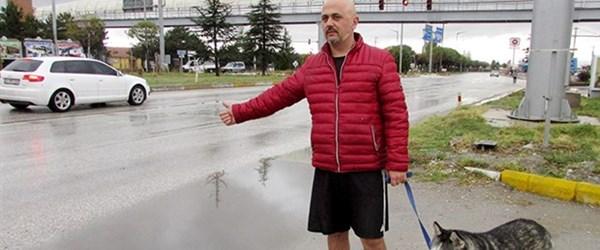 Otobüsler almayınca köpeğiyle yollara düştü