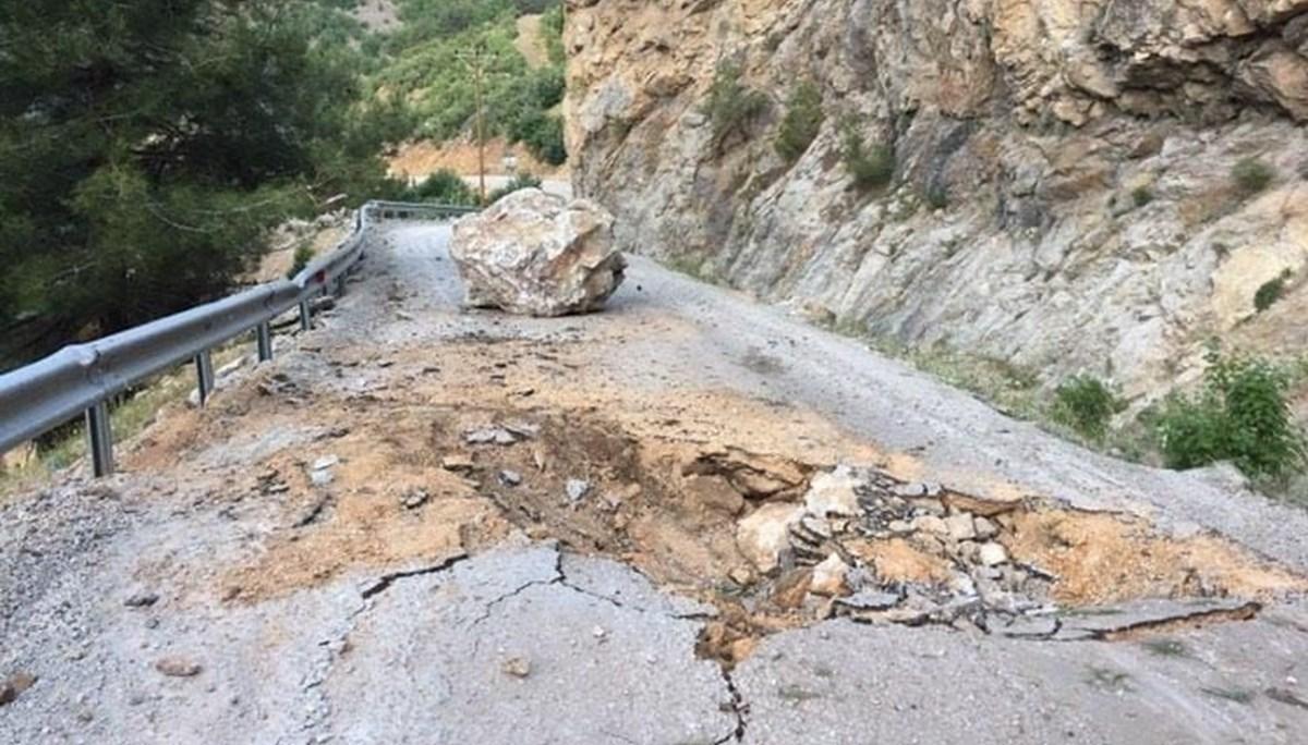 Adana'da yola düşen kayalar nedeniyle 6 mahallenin ulaşımı kesildi