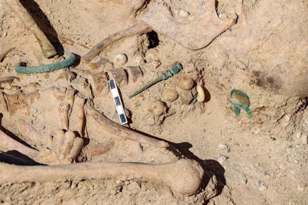 Takılarıyla gömülmüş Urartulu kadın mezarı ortaya çıkarıldı - 4