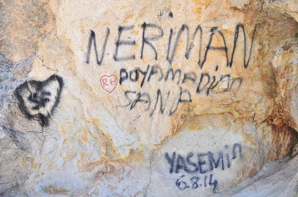 Kapadokya'da peribacalarına sprey boyalı tahrip - 4