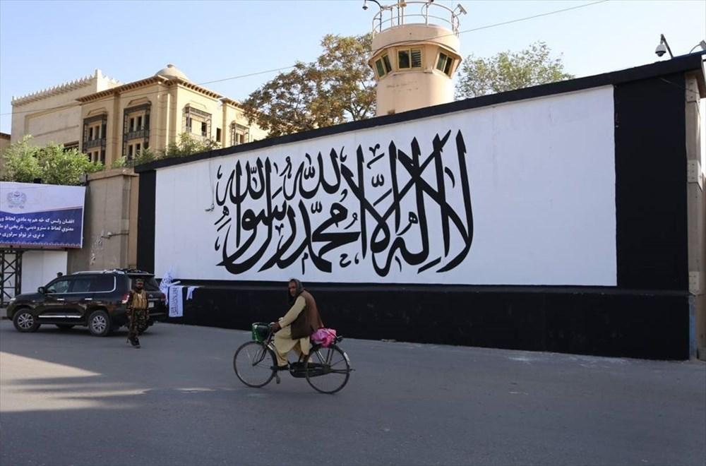Kabil'de terk edilen ABD büyükelçiliğinin duvarına Taliban bayrağı çizildi - 7