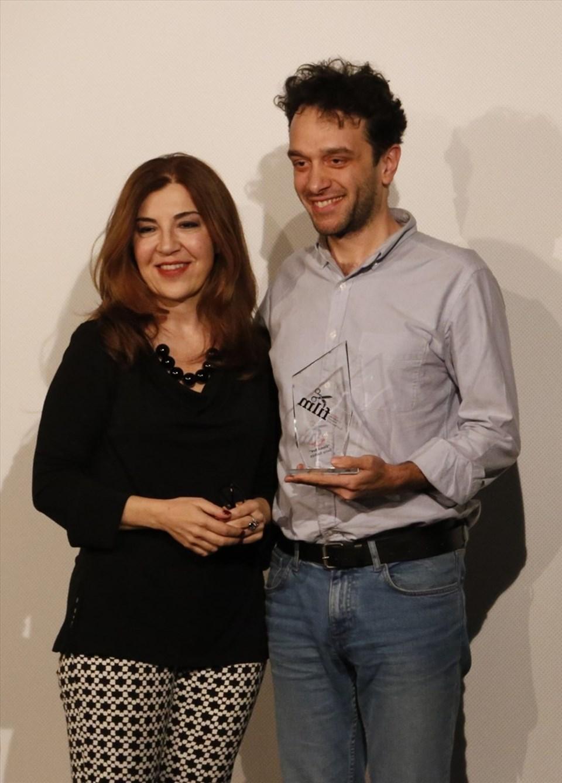 Barış Sarhan (sağda) ödülünü Akbank Sanat Müdürü Derya Bigalı'dan aldı.