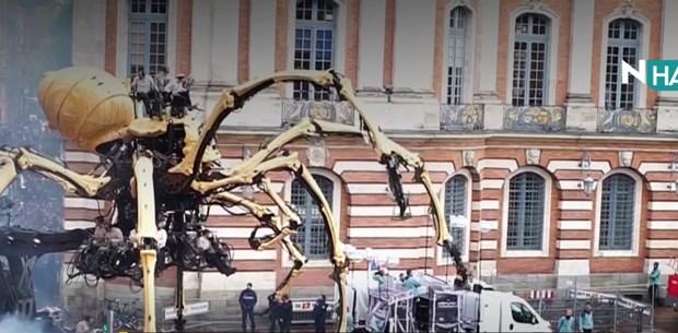 N Hayat... Dev yaratıklar Fransa sokaklarını istila etti!