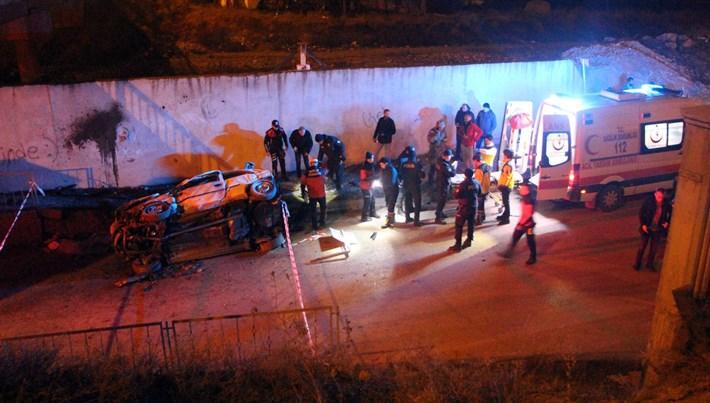 Köprüden uçup duvara çarpan otomobildeki 2 genç yaşamı yitirdi