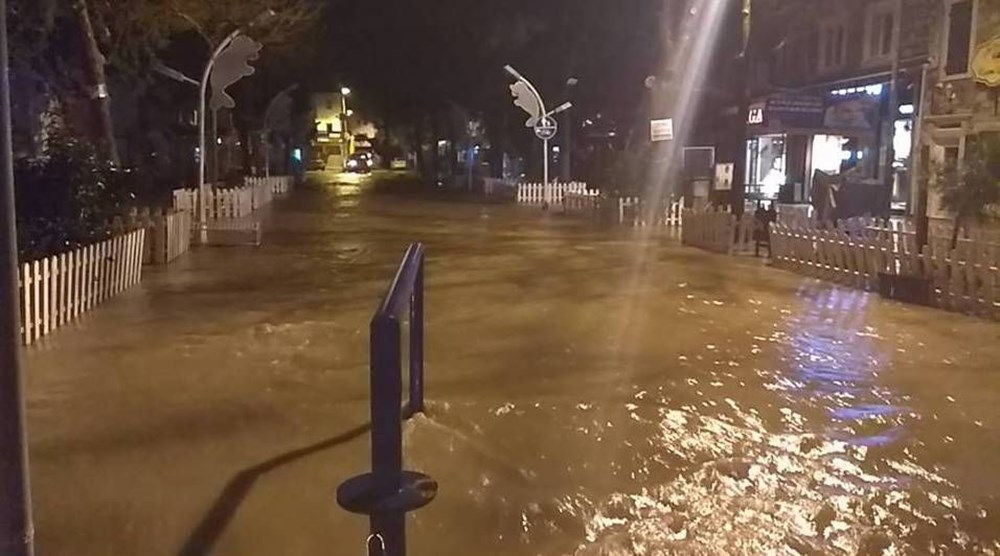 İzmir'i sel vurdu: 2 can kaybı - 26