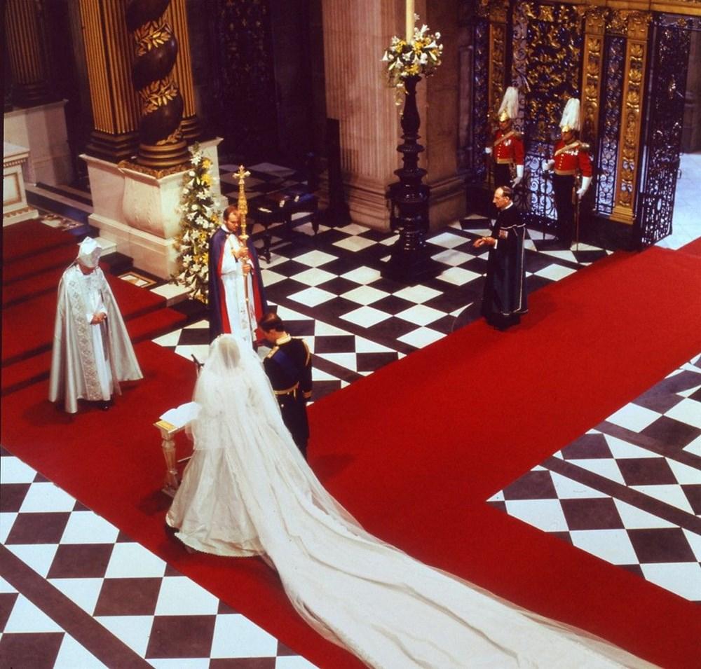 Prens Charles ve Diana'nın düğün pastası bin 850 sterline satıldı: Yemeyin uyarısı yapıldı - 6