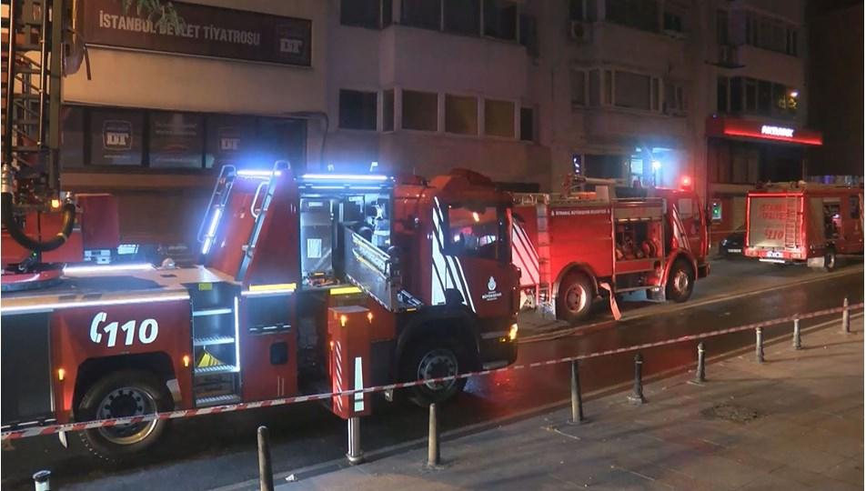 İstanbul Devlet Tiyatrosu'nda çıkan yangın paniğe neden oldu | NTV