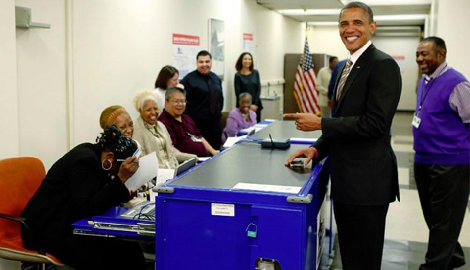 Obama, kimliğini kontrol eden seçim görevlisiyle şakalaştı.