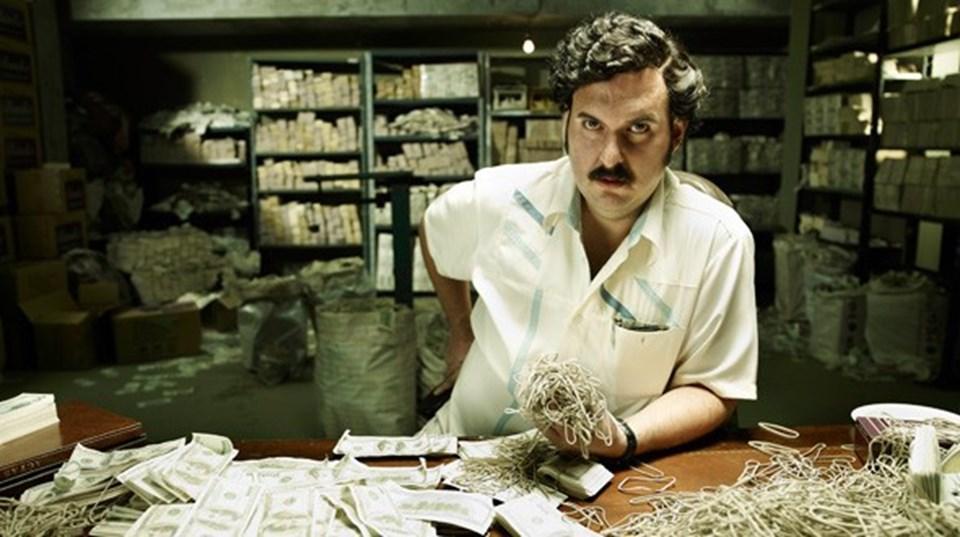 Hala oldukça popüler bir figür olan Pablo Escobar'ın hayatı 'Narcos' isimli ABD yapımı dizide de yer buldu. Başrollerini Wagner Moura, Maurice Compte ve Boyd Holbrook'un paylaştığı dizi, ilk sezonu ile izleyiciden geçer not almayı başardı.