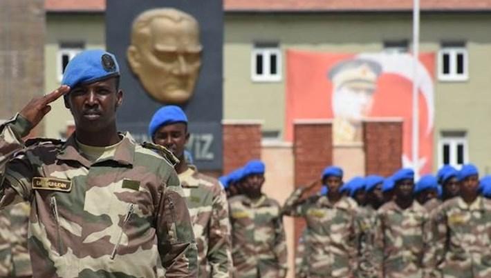 Komando eğitimini tamamlayanSomalili askerler bröve taktı