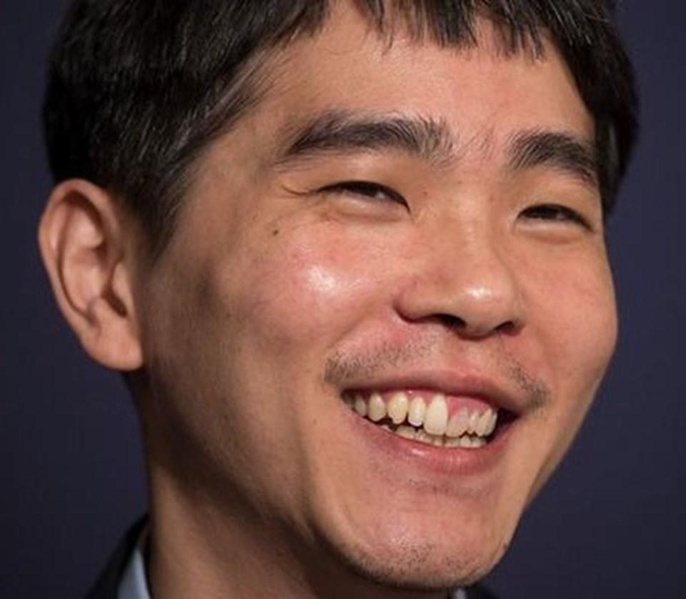 Antik Çin'de icat edilen go oyununda 18 şampiyonluğu bulunan Lee Sedol, tarihteki en önemli go oyuncusu olarak kabul ediliyor.