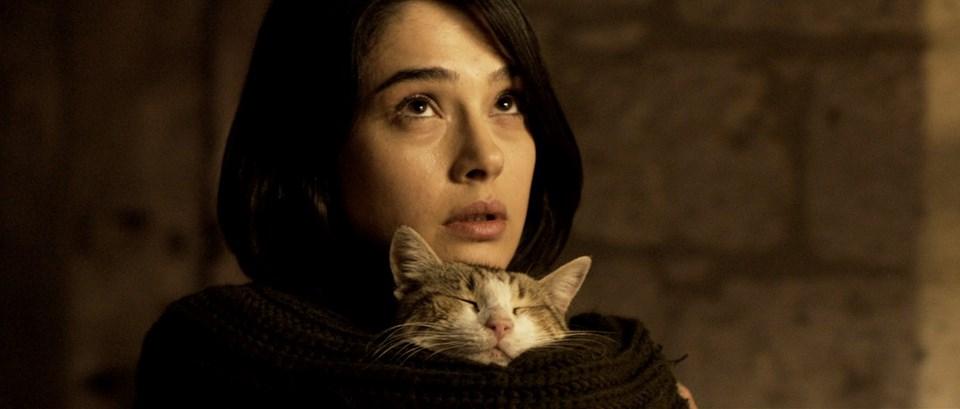Funda Eryiğit filmde küçük bir kasaba hastanesinde psikyatrist olarak çalışan, hafta sonları İstanbul'da eşiyle yaşadığı eve geçen Şehnaz karakterine hayat veriyor.
