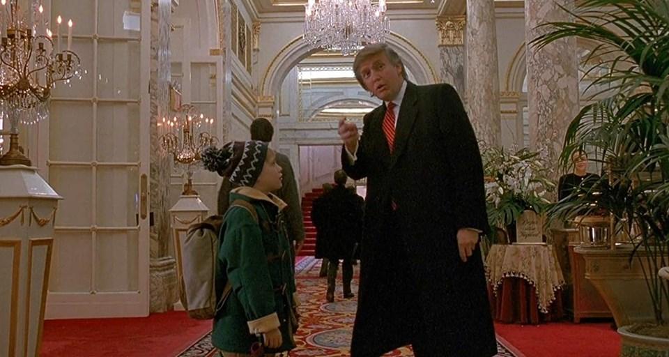 Orjinal adı Home Alone 2: Lost in New York olan filmde, Macaulay Culkin'in canlandırdığı karakter, Trump'a yol soruyordu.