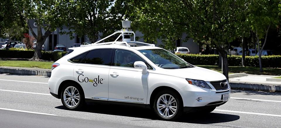 Google'ın sürücüsüz otomobilde direksiyon, gaz, debriyaj fren, vites gibi alışılagelmiş kontroller bulunmuyor.