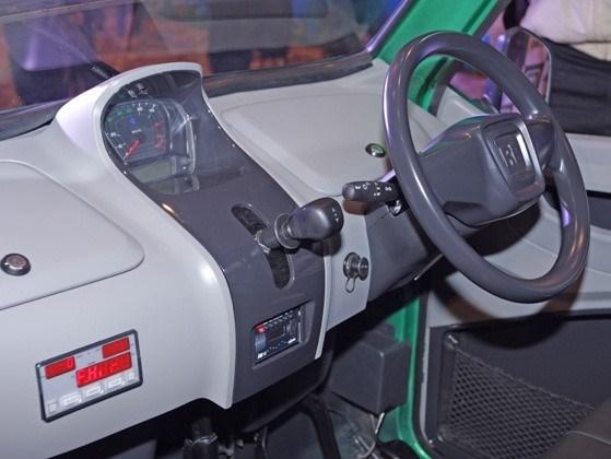 Tek silindirli , hava soğutmalı 217 cc'lik benzinli bir motora sahip olan otomobil 13 beygir güç üretiyor.