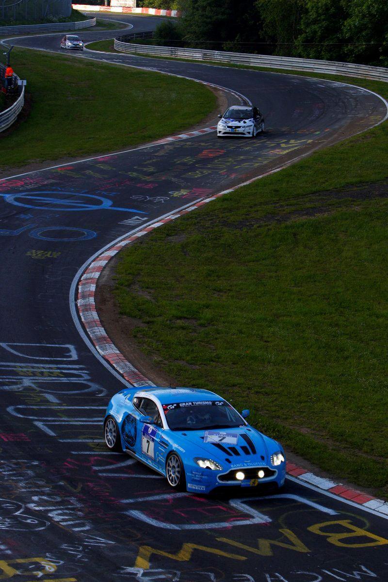 """20.8 kilometre uzunluğundaki """"yeşil cehennem"""" lakaplı efsane yarış pisti Nürburgring'de bir yarış anı."""