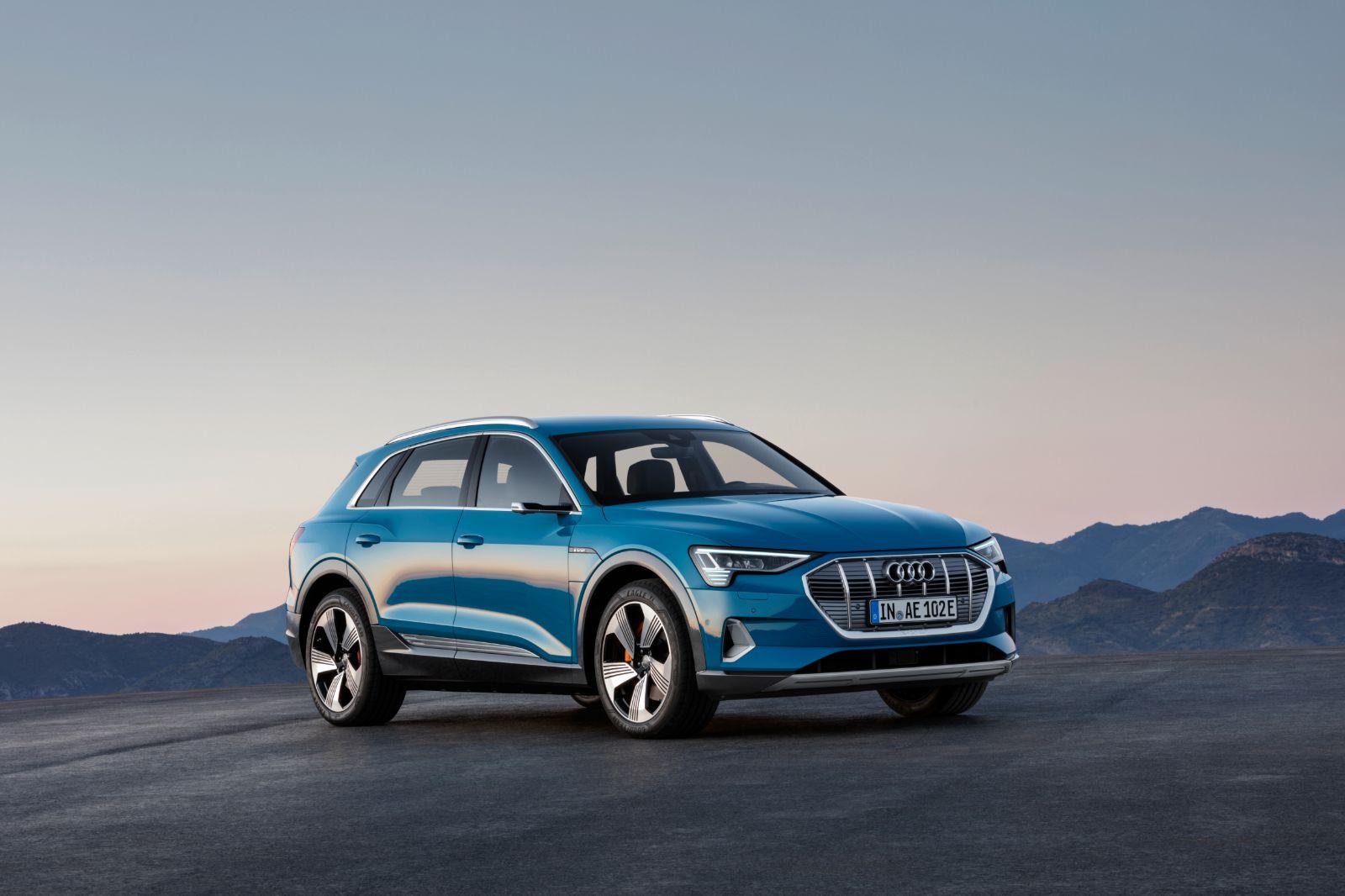 Audi, markanın ilk tam elektrikli seri üretim modeli olan e-tron'u tanıttı. Audi e-tron, sadece 30 dakika şarjla yola çıkmaya hazır olurken, lityum iyon pilleri tam şarj ile 400 kilometre bir menzil sunuyor.