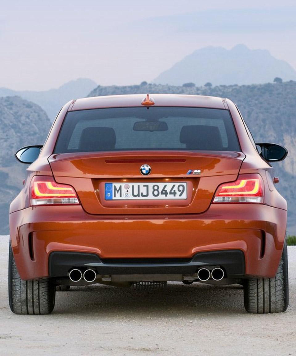 1 Serisi M Coupe arkadan son derece dramatik bir görünüşe sahip