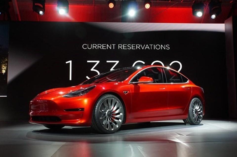 Elektrikli otomobiller üreten Tesla'nın tanıttığı ucuz modeli 'Model 3'.