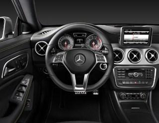 Kadranlar ve havalandırma çıkışları, Mercedes'inspor modeli SLS'i hatırlatıyor.