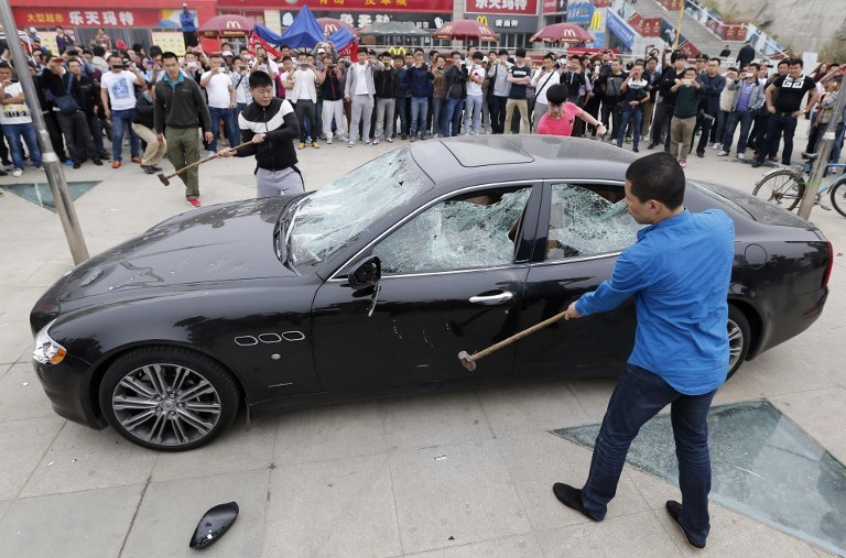Servise kızdı otomobilini parçaladı