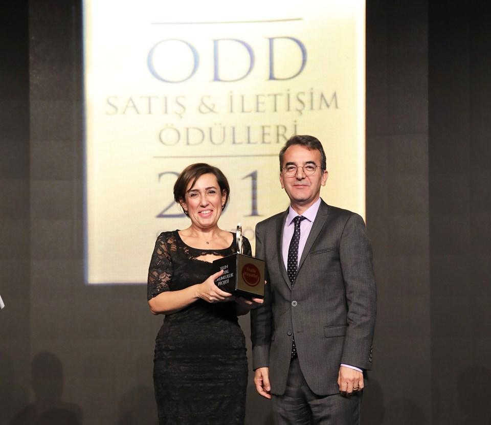 Doğuş Otomotiv adına ödülü Doğuş Otomotiv Kurumsal İletişim Müdürü Ebru Kantoğlu aldı.