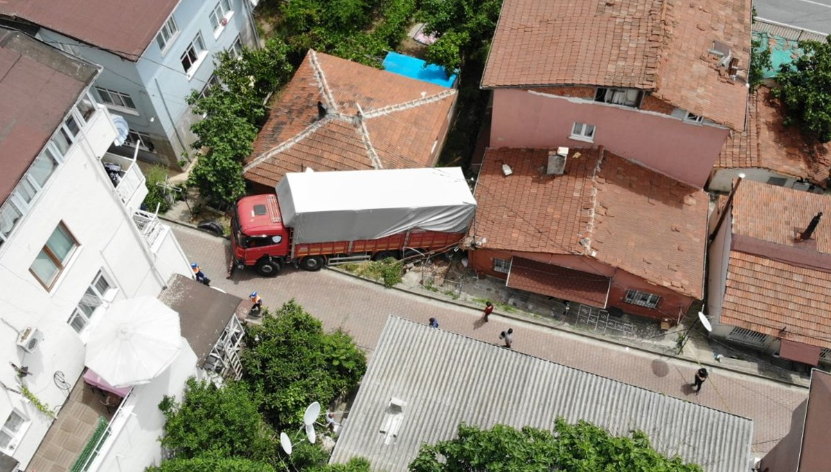 Frenleri boşalan kamyon gecekonduya daldı
