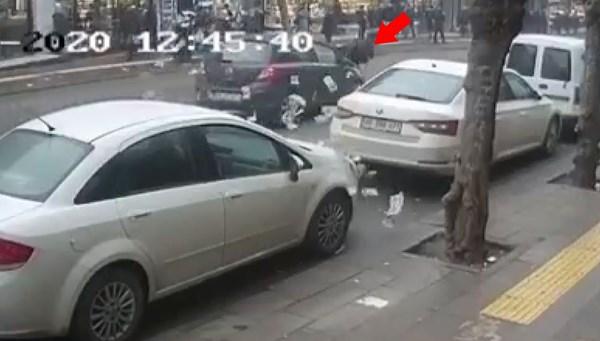 Döviz bürosu çıkışında otomobil çarptı, paralar etrafa saçıldı