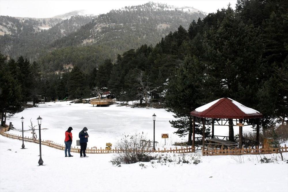 Gümüşhane'de yüzeyi buz tutan Limni Gölü ziyaretçilerini büyülüyor - 11