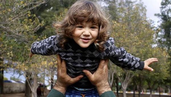 Türkiye onu Mavi Işık hastalığıyla tanıdı (Minik Poyraz babasının çabasıyla hayata tutundu)