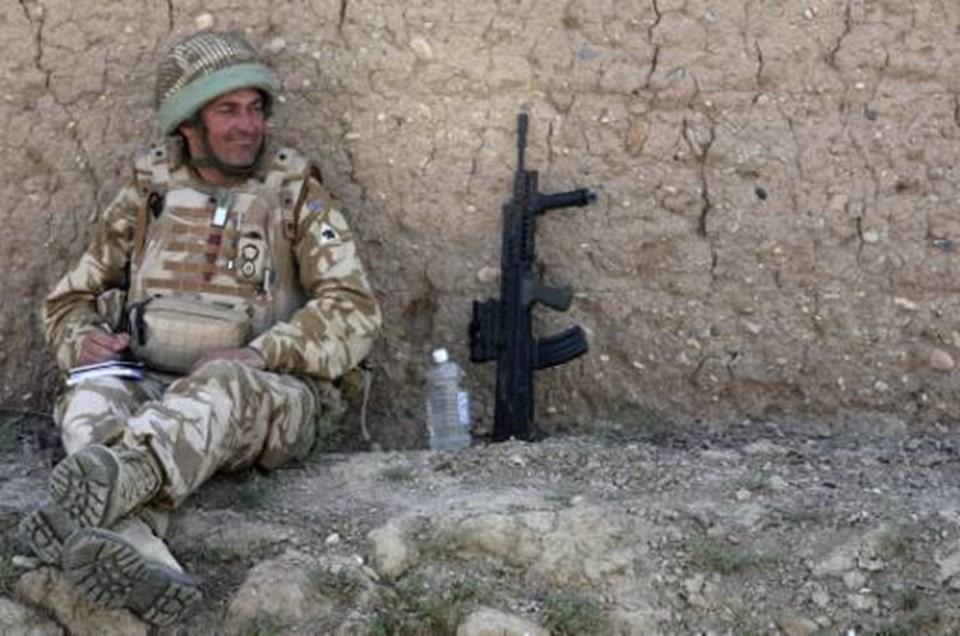 Fotoğrafta dinlenirken görülen Yarbay Thoneloe, İngiltere'nin Falkland Savaşı'ndan bu yana gördüğü en üst rütbeli kaybı oldı.