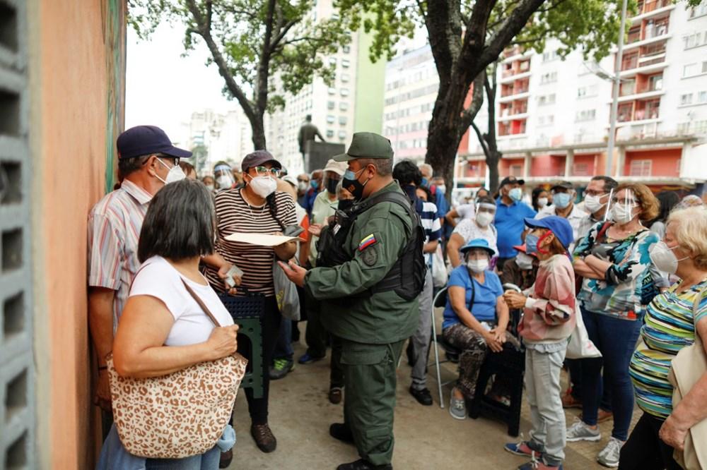 Venezuela'da aşılama başladı: 400 metre kuyruk - 4