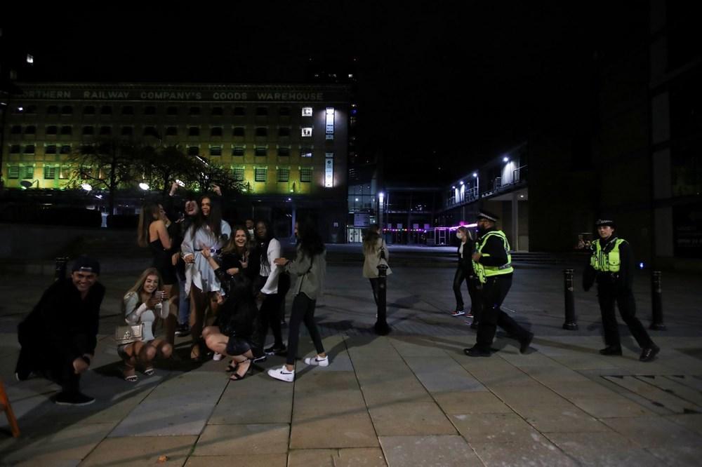 Manchester'da karantina öncesi sokaklar doldu - 7