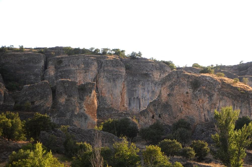 Koçbaşı ve taş işlemeli mezarlar definecilerin talanına uğradı - 4