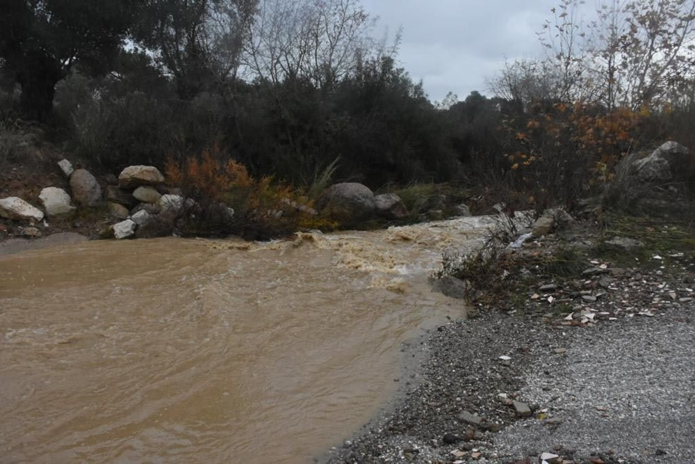 İzmir'de yağışın ardından deniz taştı: 1 kişinin cansız bedenine ulaşıldı - 3