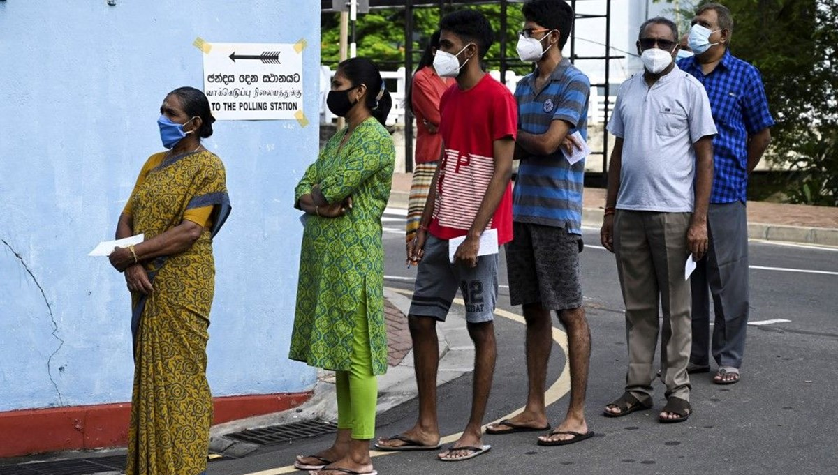 Sri Lanka'da iki kez ertelenen seçimler yapılıyor