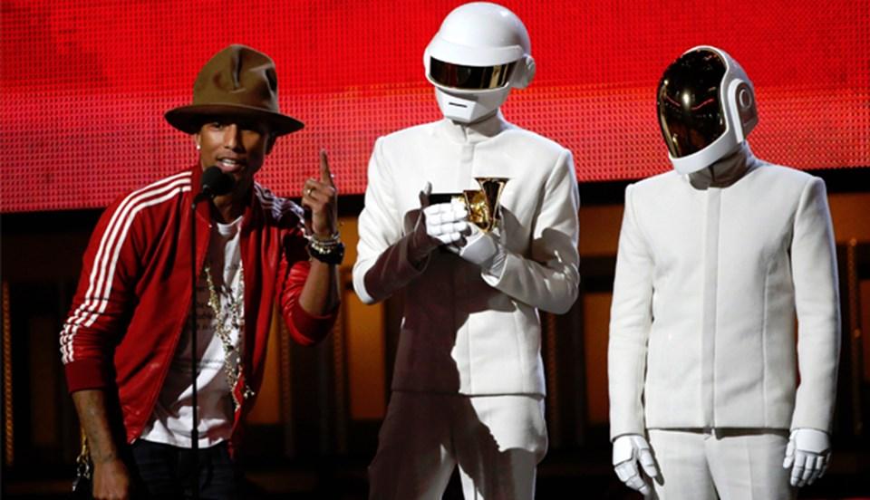 Pharrel Williams ve Daft Punk ödülü almak için beraber sahneye çıktı (Reuters).