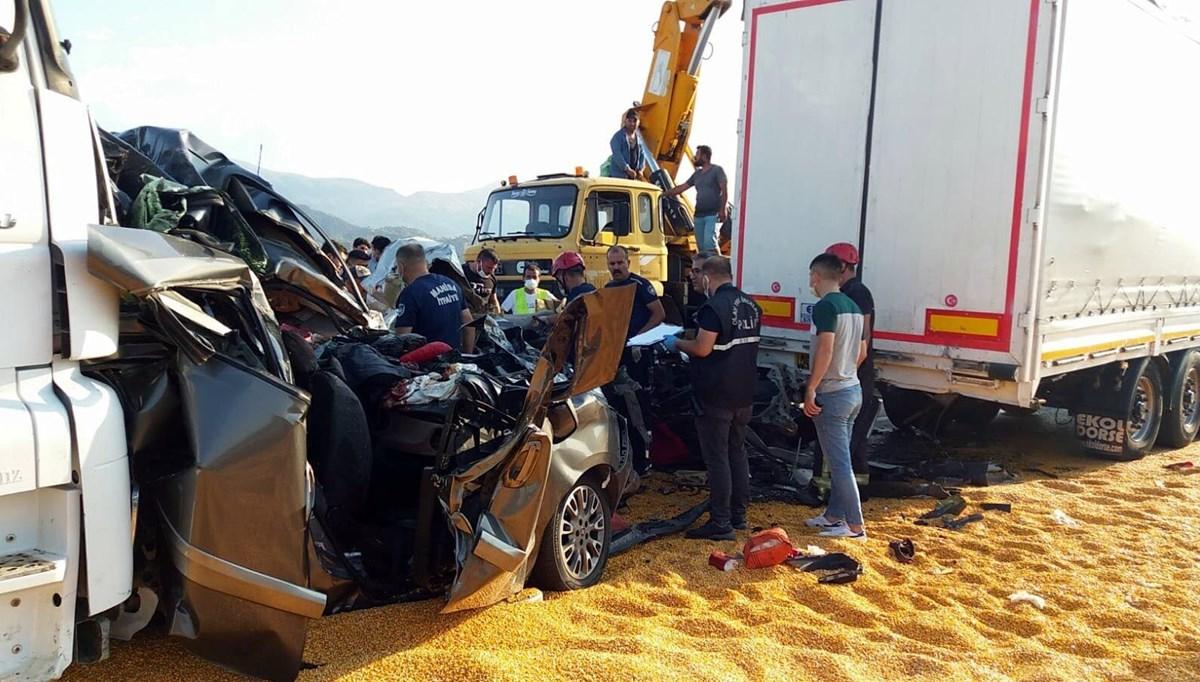 Manisa'da TIR, 4 araca çarptı: 3 ölü