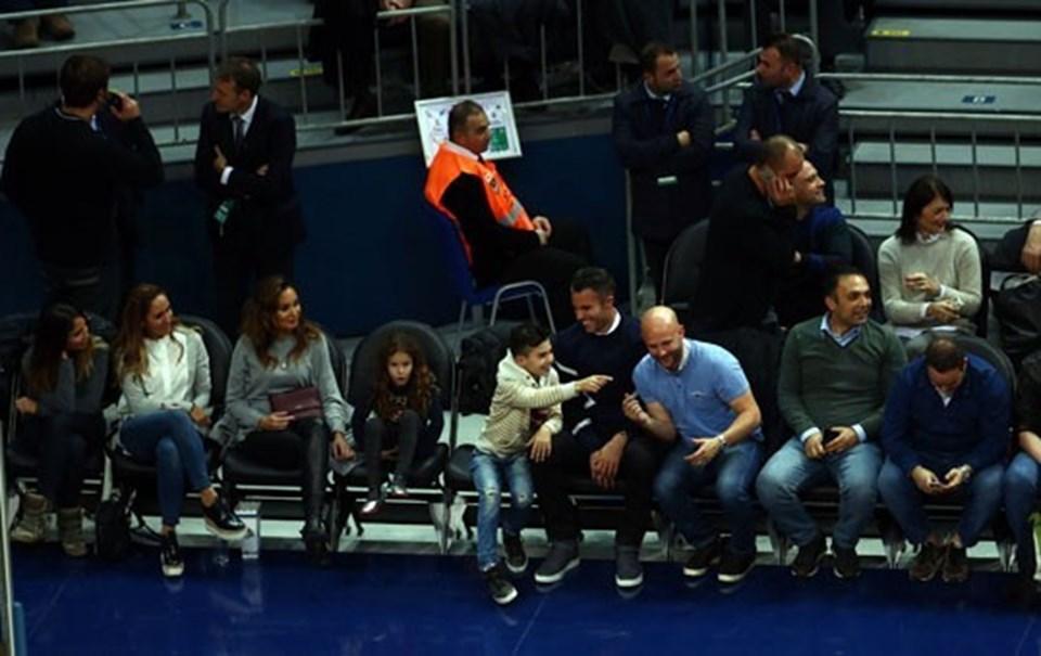 Fenerbahçe'nin yıldız futbolcusu Robin van Persie, maçı ailesiyle beraber izledi.